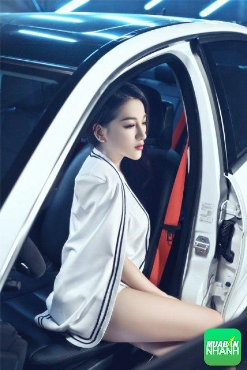 Người mẫu xinh đẹp khoe thân hình chuẩn bên xế sang - 5